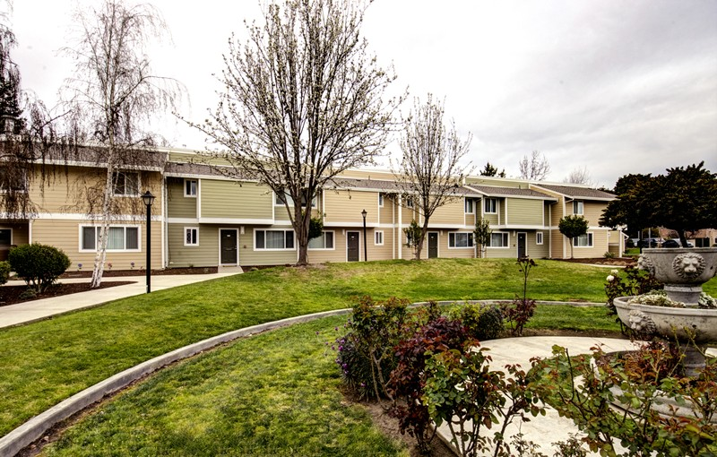 landscaping and buildings at Los Robles apartments